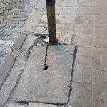 """Отново улица """"Христо Белчев"""" - ценна шахта е вързана с верига към не по-малко ценен стълб, така че никой да не може да си ги занесе вкъщи."""